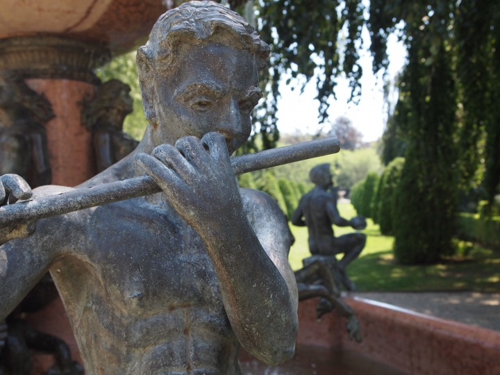 Una creatura mitica adorna una fontana fuori da The Elms.