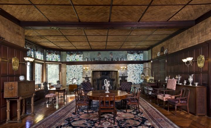 La sala da pranzo di Kingscote è arredata con vetri Tiffany.