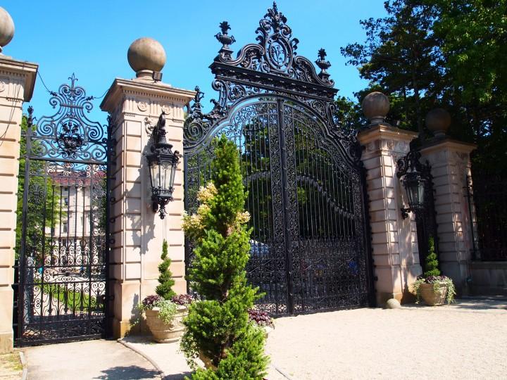 I cancelli ornati accolgono i visitatori proprio come ai tempi dei Vanderbilt.'s time.
