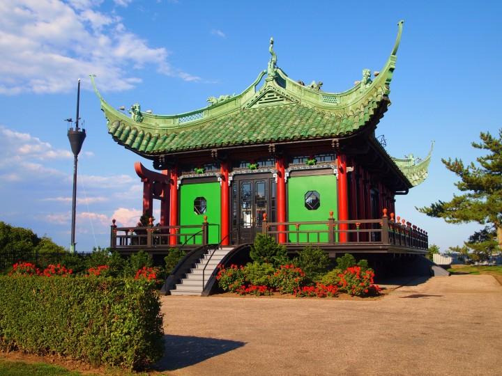 """La casa del tè cinese costruita da Alva Vanderbilt era spesso usata per ospitare le manifestazioni di """"Voto alle donne"""".""""Votes for Women"""" rallies."""