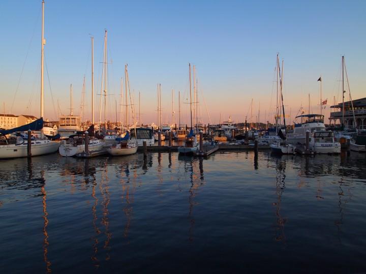 Il cielo al tramonto dà la buonanotte ai visitatori di Newport.'s visitors.