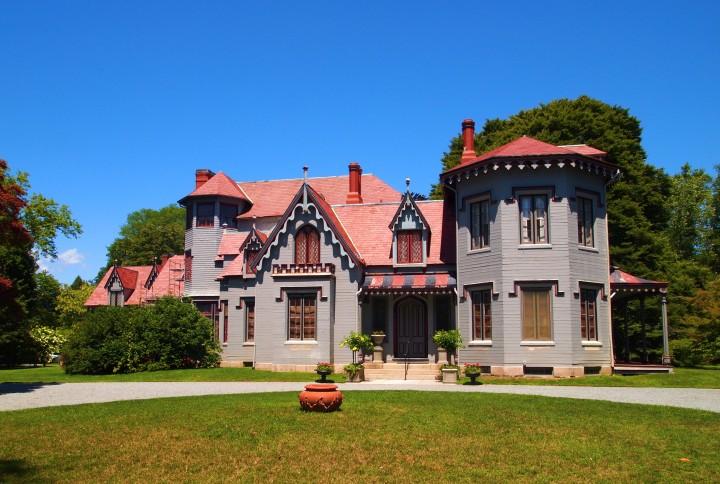 Esterno di Kingscote, modellato sull'architettura Gothic Revival.