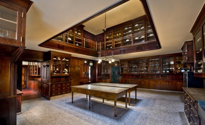 La dispensa a dueLa dispensa del maggiordomo a due piani conteneva tutte le stoviglie della famiglia.'s pantry held all of the dishware for the family.